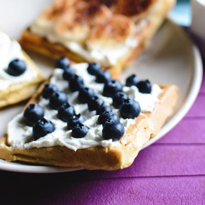 Banana and bluberries waffles